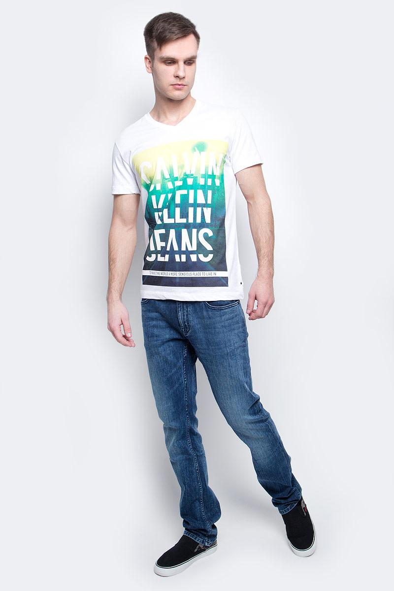 Футболка мужская Calvin Klein Jeans, цвет: белый. J30J304576_1120. Размер XL (50/52)J30J304576_1120Мужская футболка Calvin Klein Jeans изготовлена из натурального хлопка. Модель с V-образной горловиной и короткими рукавами. Спереди футболка декорирована оригинальным принтом.