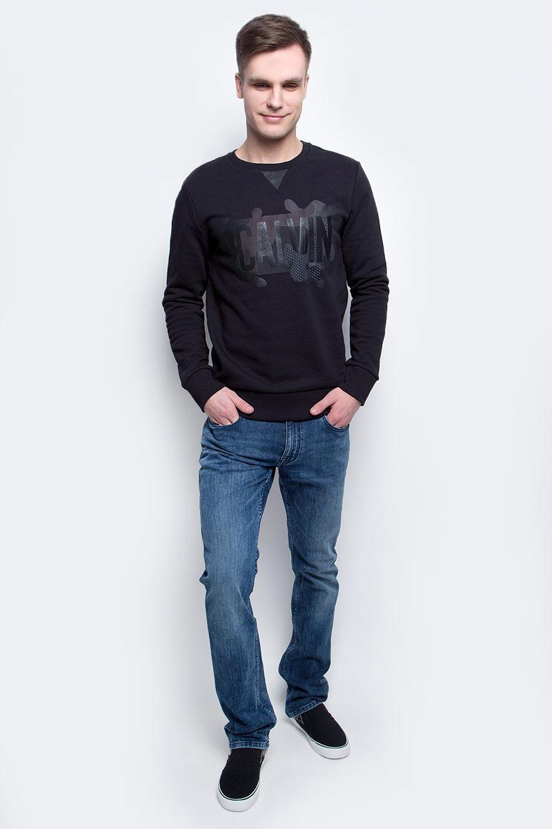 Толстовка мужская Calvin Klein Jeans, цвет: черный. J30J305057_0990. Размер M (46/48)J30J305057_0990Толстовка мужская Calvin Klein Jeans изготовлена из натурального хлопка. Модель выполнена с круглым вырезом и длинными рукавами. Спереди толстовка декорирована оригинальным термопринтом с вставками из искусственной кожи. Низ изделия, горловина и рукава дополнены эластичными манжетами.