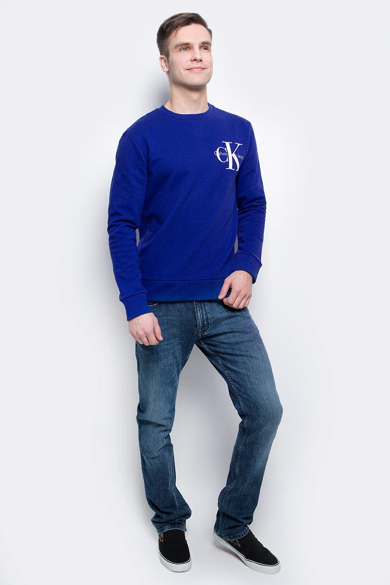 Толстовка мужская Calvin Klein Jeans, цвет: синий. J30J304675_4410. Размер XL (50/52)J30J304675_4410Толстовка мужская Calvin Klein Jeans выполнена из натурального хлопка с добавлением эластана. Модель с круглым вырезом и длинными рукавами декорирована принтом с названием бренда. Низ, горловина и рукава изделия дополнены трикотажной резинкой.