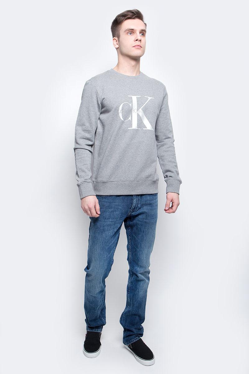 Толстовка мужская Calvin Klein Jeans, цвет: серый. J30J304958_0380. Размер XXL (52/54)J30J304958_0380Толстовка мужская Calvin Klein Jeans изготовлена из натурального хлопка. Модель выполнена с круглым вырезом и длинными рукавами. Спереди толстовка декорирована оригинальным принтом с названием бренда. Низ изделия, горловина и рукава дополнены эластичными манжетами.