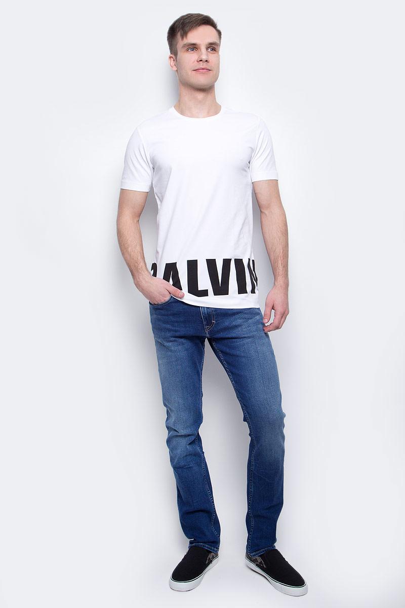 Футболка мужская Calvin Klein Jeans, цвет: белый. J30J304582_1120. Размер XL (50/52)J30J304582_1120Мужская футболка Calvin Klein Jeans изготовлена из хлопка с добавлением эластана. Модель с круглой горловиной и короткими рукавами. По низу футболка декорирована надписью с названием бренда.