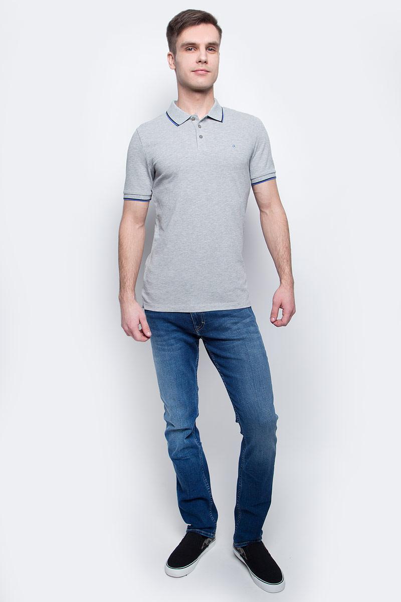 Поло мужское Calvin Klein Jeans, цвет: серый. J30J304682_0380. Размер XL (50/52)J30J304682_0380Мужское поло Calvin Klein Jeans изготовлено из хлопка с добавлением эластана. Классическая модель с короткими рукавами и отложным воротником застегивается спереди на три пуговицы. По бокам имеются трикотажные вставки, спинка слегка удлинена. Воротник, манжеты рукавов и вставки отделаны полосками контрастного цвета.