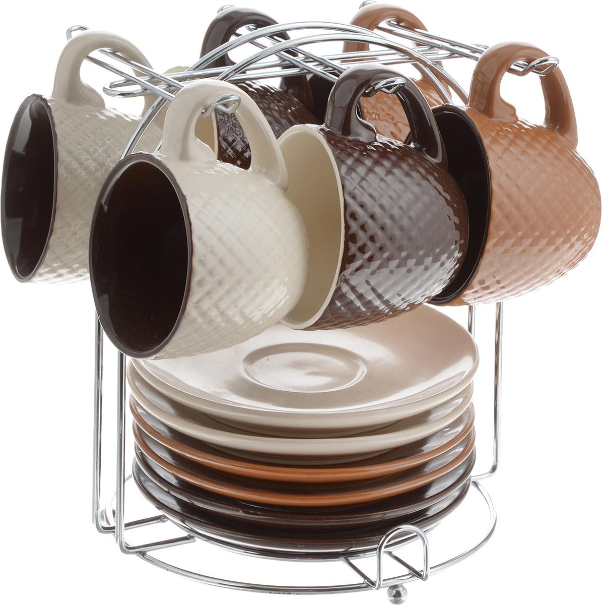 Набор кофейный Loraine, на подставке, 90 мл, 13 предметов. 2466724667Кофейный набор Loraine состоит из 6 чашек и 6 блюдец, выполненных из высококачественного керамики. Изящный дизайн придется по вкусу и ценителям классики, и тем, кто предпочитает утонченность и изысканность. Он настроит на позитивный лад и подарит хорошее настроение с самого утра. Изделия расположены на металлической подставке. Диаметр блюдца: 11,5 см.Высота блюдца: 1,5 см.Диаметр чашки (по верхнему краю): 6,5 см.Высота чашки: 5 см.Объем чашки: 90 мл.Размер подставки: 15 х 15 х 17 см.
