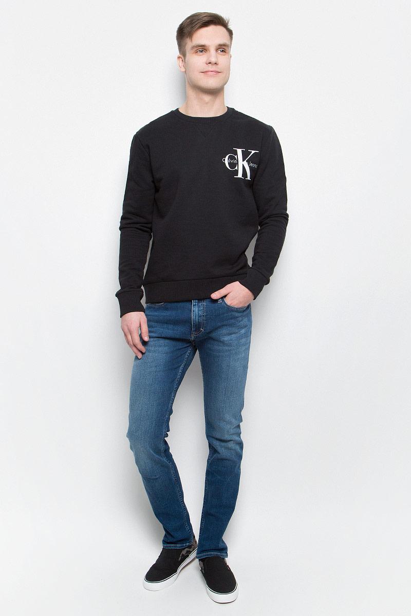 Толстовка мужская Calvin Klein Jeans, цвет: черный. J30J304675_0990. Размер L (48/50)J30J304675_0990Толстовка мужская Calvin Klein Jeans выполнена из натурального хлопка с добавлением эластана. Модель с круглым вырезом и длинными рукавами декорирована принтом с названием бренда. Низ, горловина и рукава изделия дополнены трикотажной резинкой.