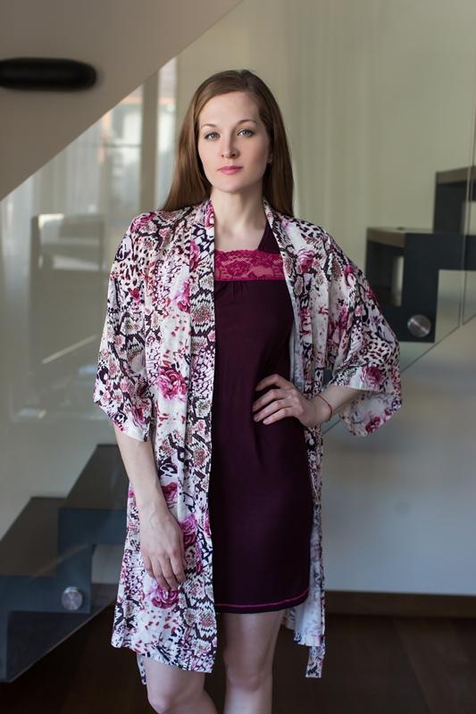 Комплект домашний женский Penye Mood: платье, халат, цвет: бордовый, белый. 7634. Размер L (48)7634Домашний комплект Penye Mood состоит из платья, выполненного из вискозы с добавлением эластана, и халата, изготовленного из 100% вискозы. Платье с короткими рукавами имеет V-образный вырез горловины, отделанный кружевной вставкой, прямой силуэт и длину мини. Халат на запахе с широкими рукавами 3/4 завязывается на пояс. Такой комплект не стесняет движений, комфортен в носке и отлично подойдет для дома.