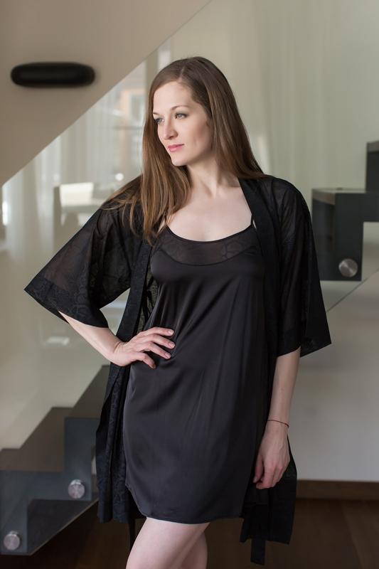 Комплект домашний женский Penye Mood: сорочка, халат, цвет: черный. 7692. Размер M (46)7692Домашний комплект Penye Mood состоит из сорочки, выполненной из вискозы с добавлением эластана, и халата, изготовленного из 100% полиэстера. Сорочка на тонких бретельках имеет круглое декольте, прямой силуэт и длину мини. Полупрозрачный халат с широкими рукавами 3/4 завязывается на пояс. Такой комплект не стесняет движений, комфортен в носке и отлично подойдет для дома.