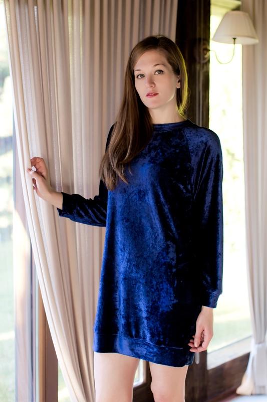 Платье домашнее Marusя, цвет: синий. 160031. Размер XL (50)160031Домашнее платье Marusя выполнено из вискозы с добавлением полиэстера. Модель средней длины с длинными рукавами-реглан имеет круглый вырез горловины. Изделие дополнено двумя втачными карманами и имеет оригинальную бархатистую текстуру.