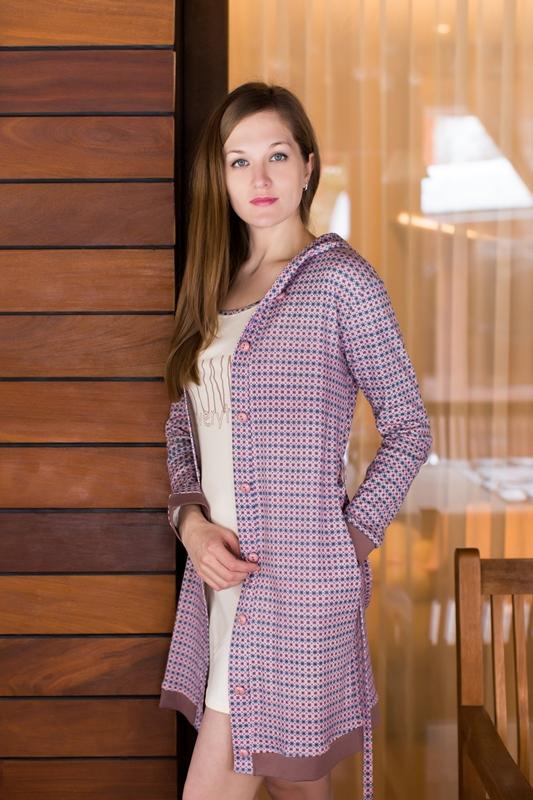 Комплект домашний женский Marusя: ночная рубашка, халат, цвет: какао, белый. 162016. Размер M (46)162016Женский домашний комплект Marusя включает в себя ночную рубашку и халат. Комплект изготовлен из приятного на ощупь качественного хлопка. Халат застегивается на пуговицы и дополнен поясом. Ночная рубашка длины мини без рукавов.