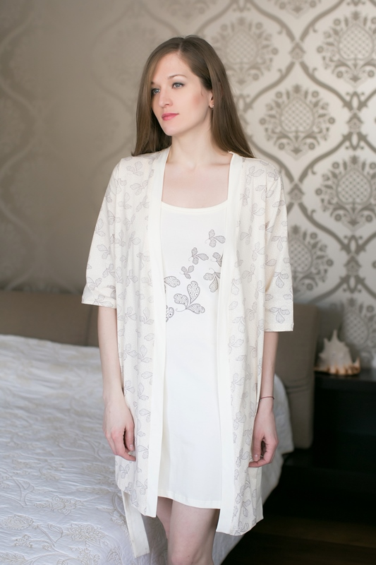 Комплект домашний женский Marusя: ночная рубашка, халат, цвет: шоколадный. 163012. Размер L (48)163012Женский домашний комплект Marusя включает в себя ночную рубашку и халат. Комплект изготовлен из приятной на ощупь смесовой ткани. Халат дополнен поясом. Ночная рубашка длины мини на тонких бретельках.