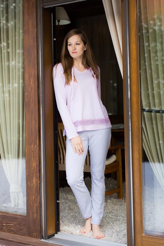 Комплект домашний женский Marusя: джемпер, брюки, цвет: розовый, серый. 166011. Размер XL (50)166011Женский домашний комплект Marusя включает в себя джемпер и брюки. Комплект изготовлен из приятной на ощупь смесовой ткани. Джемпер свободного кроя с V-образным вырезом с завязками и разрезами. Брюки слегка зауженного кроя.