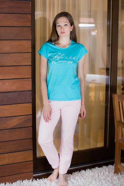 Комплект домашний женский Violett: футболка, брюки, цвет: бирюзовый, розовый. 17150312. Размер M (46)17150312Женский домашний комплект одежды Violett, состоящий из футболки и брюк, выполнен из натурального хлопка.Футболка с круглым вырезом горловины и короткими рукавами оформлена спереди надписью.Брюки прямого кроя, имеют эластичный пояс на талии и дополнены затягивающимся шнурком.