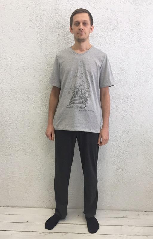 Комплект домашний мужской Basil: футболка, брюки, цвет: серый, черный. 17230111. Размер XXL (52)17230111Домашний мужской комплект Basil состоит из футболки и брюк. Изделия выполнены из 100% хлопка. Футболка имеет короткие рукава и V-образный вырез горловины. Брюки свободного кроя имеют резинку на талии для комфортной посадки и два боковых кармана. Брюки выполнены в однотонном дизайне, а футболка украшена изображением корабля.