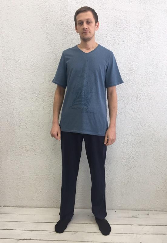 Комплект домашний мужской Basil: футболка, брюки, цвет: синий, черный. 17230111. Размер XXL (52)17230111Домашний мужской комплект Basil состоит из футболки и брюк. Изделия выполнены из 100% хлопка. Футболка имеет короткие рукава и V-образный вырез горловины. Брюки свободного кроя имеют резинку на талии для комфортной посадки и два боковых кармана. Брюки выполнены в однотонном дизайне, а футболка украшена изображением корабля.