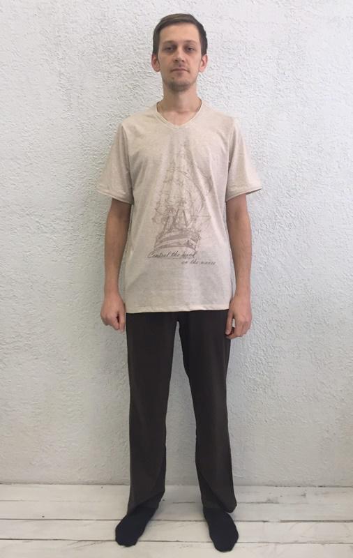 Комплект домашний мужской Basil: футболка, брюки, цвет: экрю, черный. 17230111. Размер L (48)17230111Домашний мужской комплект Basil состоит из футболки и брюк. Изделия выполнены из 100% хлопка. Футболка имеет короткие рукава и V-образный вырез горловины. Брюки свободного кроя имеют резинку на талии для комфортной посадки и два боковых кармана. Брюки выполнены в однотонном дизайне, а футболка украшена изображением корабля.