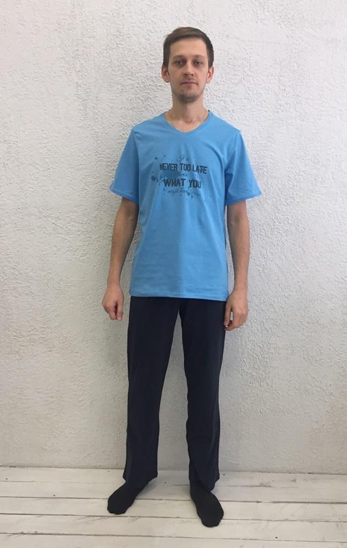 Комплект домашний мужской Basil: футболка, брюки, цвет: голубой, черный. 17230112. Размер XL (50)17230112Домашний мужской комплект Basil состоит из футболки и брюк. Изделия выполнены из 100% хлопка. Футболка имеет короткие рукава и V-образный вырез горловины. Брюки свободного кроя имеют резинку на талии для комфортной посадки и два боковых кармана. Брюки выполнены в однотонном дизайне, футболка дополнена надписями.