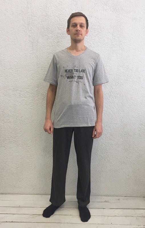 Комплект домашний мужской Basil: футболка, брюки, цвет: серый, черный. 17230112. Размер L (48)17230112Домашний мужской комплект Basil состоит из футболки и брюк. Изделия выполнены из 100% хлопка. Футболка имеет короткие рукава и V-образный вырез горловины. Брюки свободного кроя имеют резинку на талии для комфортной посадки и два боковых кармана. Брюки выполнены в однотонном дизайне, футболка дополнена надписями.