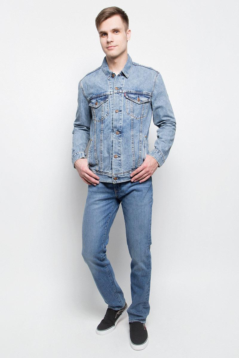 Куртка мужская Levis®, цвет: голубой. 7233401460. Размер L (50)7233401460Мужская джинсовая куртка Levis® c длинными рукавами и отложным воротником выполнена из натурального хлопка. Модель застегивается на пуговицы спереди. Изделие имеет два нагрудных втачных кармана с клапанами на пуговицах и два открытых втачных кармана спереди. Манжеты рукавов застегиваются на пуговицы.