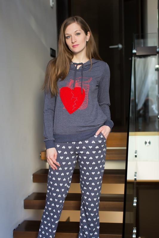 Комплект домашний женский Catherines: лонгслив, брюки, цвет: синий, красный, белый. 427. Размер S (44)427Женский домашний комплект Catherines состоит из лонгслива и брюк. Комплект выполнен из вискозы с добавлением полиэстера и эластана. Лонгслив имеет длинные рукава и капюшон с затягивающимся шнурком для регулировки объема. Манжеты рукавов и низ изделия снабжены эластичными манжетами. Брюки свободного кроя имеют резинку на талии для комфортной посадки и вшитые карманы. Лонгслив украшен ярким рисунком в виде красного сердца, а брюки дополнены сплошным принтом в виде маленьких сердец.