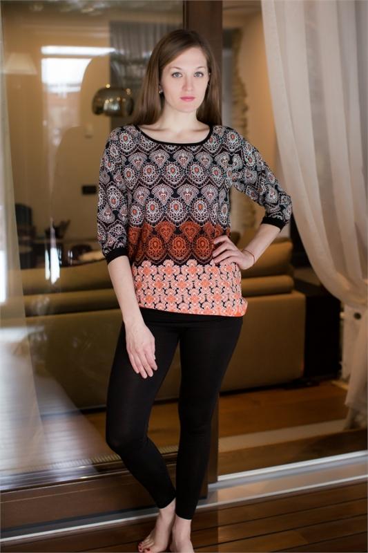 Комплект домашний женский Catherines: блузка, лосины, цвет: оранжевый, черный. 448. Размер M (46)448Женский домашний комплект Catherines состоит из блузки и лосин. Верх выполнен из вискозы и хлопка, а лосины - из вискозы с добавлением эластана. Блузка с этническим рисунком имеет свободный крой, рукава 3/4 с эластичными манжетами и круглый вырез горловины. Лосины облегают фигуру и имеют пояс с эластичной резинкой для комфортной посадки.