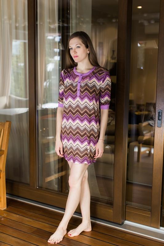 Платье домашнее Penye Mood, цвет: сиреневый, коричневый. 7617. Размер S (44)7617Домашнее платье Penye Mood изготовлено из вискозы с добавлением эластана. Модель с рукавами 3/4 имеет длину мини, прямой силуэт и круглый вырез горловины с планкой на пуговицах. Платье дополнено оригинальным зигзагообразным принтом. Верх декорирован вставкой из шифона.