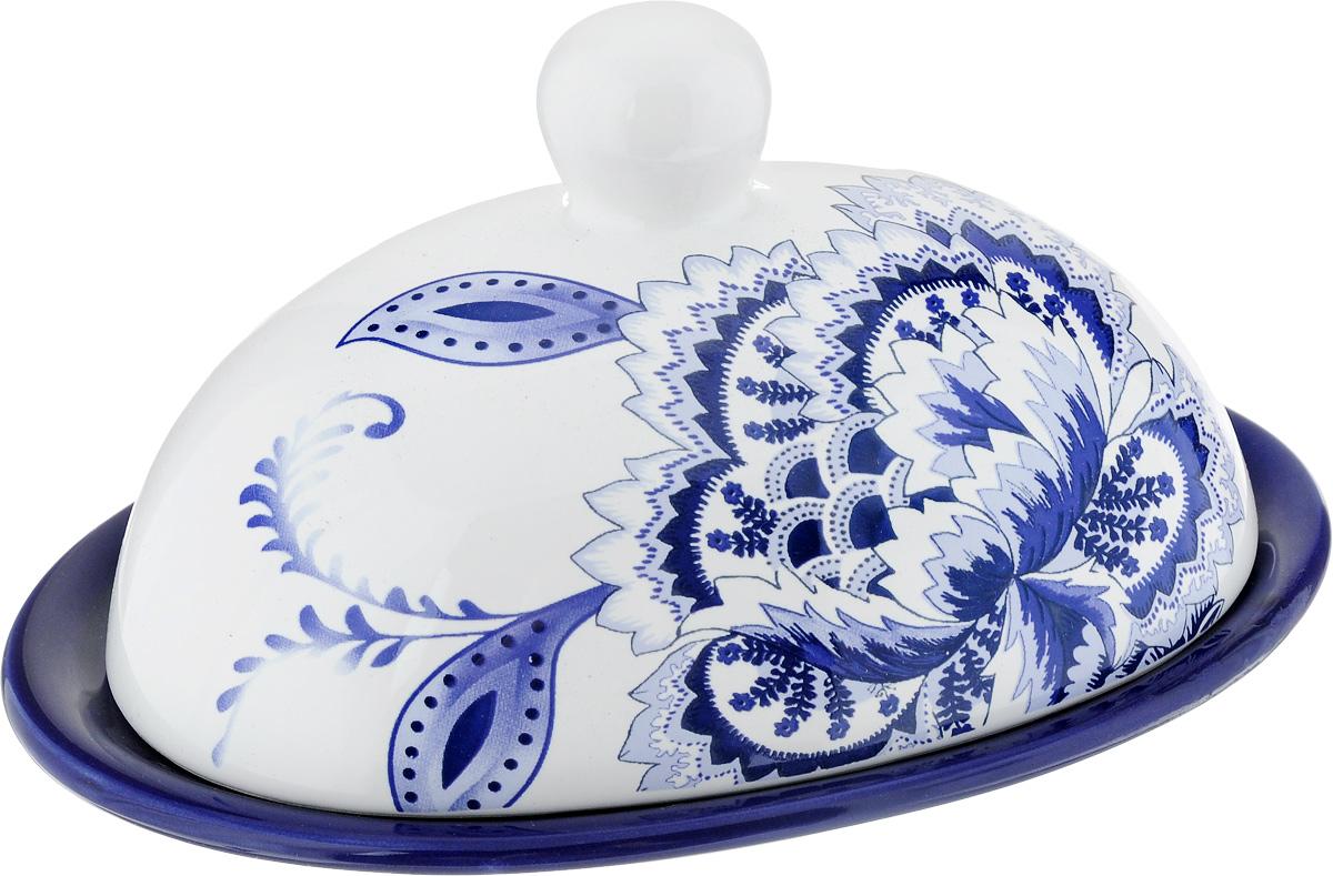 Масленка Loraine, цвет: белый, синий, голубой24822Масленка Loraine изготовлена из высококачественного доломита. Изделие представляет собой овальный поднос, на котором, благодаря специальным выемкам, устанавливается крышка. Масленка расписана под гжель.Такая масленка станет изысканным украшением стола и порадует вас и ваших гостей оригинальным дизайном и качеством исполнения. Прекрасно подойдет в качестве подарка к любому случаю.Не боится низких температур. Можно мыть в посудомоечной машине. Размер подноса: 17,5 х 13 см. Высота подноса: 1,5 см.Размер крышки: 15 х 11 см.Высота крышки: 9 см.