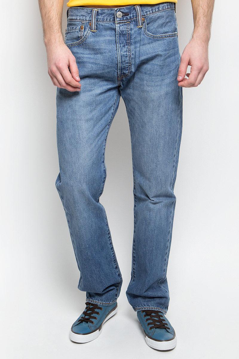 Джинсы мужские Levis® 501, цвет: синий. 0050123840. Размер 30-32 (46-32)0050123840Мужские джинсы Levis® 501 выполнены из высококачественного натурального хлопка. Джинсы прямого кроя и стандартной посадки застегиваются на пуговицу в поясе и ширинку на пуговицах, дополнены шлевками для ремня. Джинсы имеют классический пятикарманный крой: спереди модель дополнена двумя втачными карманами и одним маленьким накладным кармашком, а сзади - двумя накладными карманами. Модель украшена декоративными потертостями.