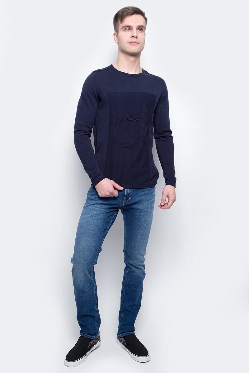 Джемпер мужской Calvin Klein Jeans, цвет: темно-синий. J30J304655_4020. Размер M (46/48)J30J304655_4020Джемпер мужской Calvin Klein Jeans выполнен из натурального хлопка. Модель с круглым вырезом и длинными рукавами декорирована рельефным логотипом бренда. Горловина, манжеты и низ изделия связаны трикотажной резинкой, швы на плечах выполнены наружу.