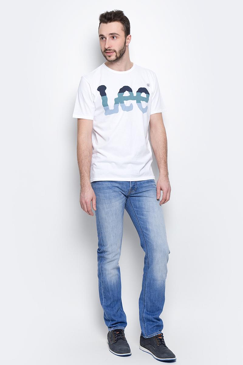 Джинсы мужские Lee Daren, цвет: голубой. L706CDJX. Размер 30-32 (46-32)L706CDJXМужские джинсы Lee Daren выполнены из высококачественного эластичного хлопка. Прямые джинсы стандартной посадки застегиваются на пуговицу в поясе и ширинку на пуговицах, дополнены шлевками для ремня. Джинсы имеют классический пятикарманный крой: спереди модель дополнена двумя втачными карманами и одним маленьким накладным кармашком, а сзади - двумя накладными карманами. Джинсы украшены декоративными потертостями.