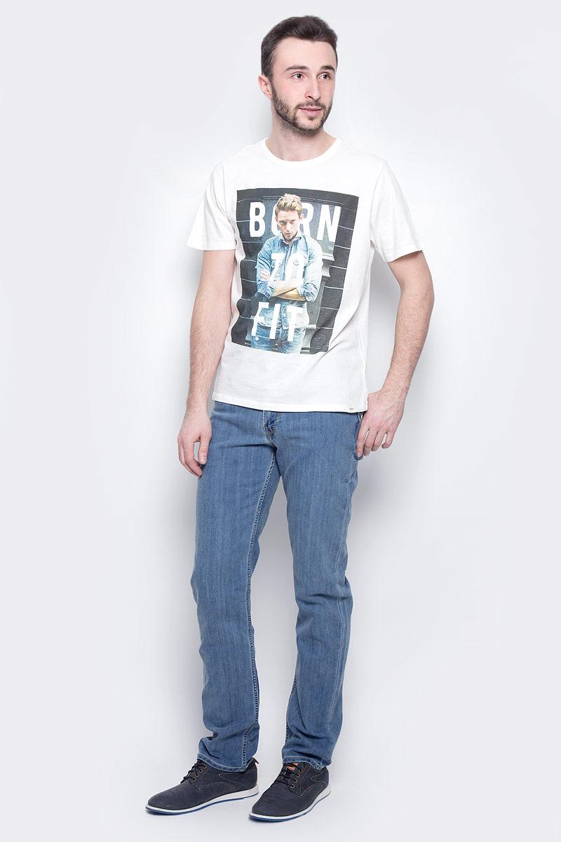 Джинсы мужские Lee Brooklyn Straight, цвет: синий. L452ACHN. Размер 33-34 (48/50-34)L452ACHNМужские джинсы Lee Brooklyn Straight выполнены из высококачественного хлопка с добавлением эластомультиэстера. Классические прямые джинсы стандартной посадки застегиваются на пуговицу в поясе и ширинку на застежке-молнии, дополнены шлевками для ремня. Джинсы имеют классический пятикарманный крой: спереди модель дополнена двумя втачными карманами и одним маленьким накладным кармашком, а сзади - двумя накладными карманами. Джинсы украшены декоративными потертостями.