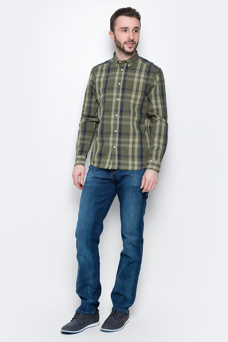 Рубашка мужская Wrangler Button-Down, цвет: хаки, синий. W58744MRM. Размер M (48)W58744MRMМужская рубашка Wrangler Button-Down изготовлена из натурального хлопка. Модель с длинными рукавами имеет на груди один накладной карман. Рубашка застегивается на пуговицы. Воротничок и манжеты рукавов оснащены застежками-пуговицами. Низ модели слегка закруглен.