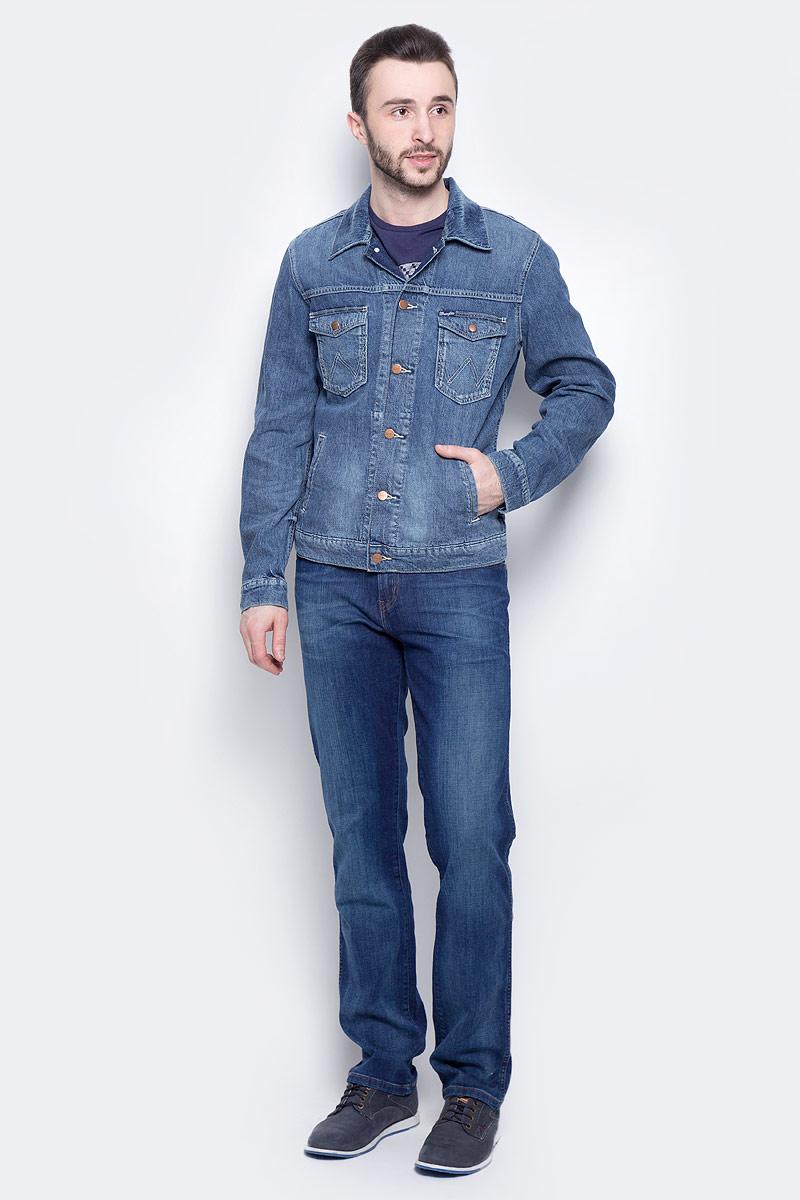 Куртка мужская Wrangler, цвет: синий. W443AV93W. Размер L (50)W443AV93WМужская джинсовая куртка Wrangler c длинными рукавами и отложным воротником выполнена из хлопка с добавлением льна. Модель застегивается на пуговицы спереди. Изделие имеет два накладных нагрудных кармана с клапанами на кнопках и два прорезных кармана спереди. Манжеты рукавов застегиваются на кнопки. Модель оформлена декоративными потертостями.