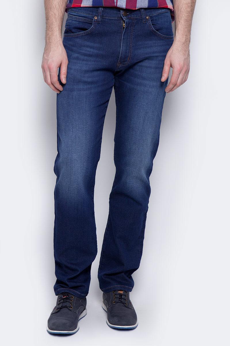 Джинсы мужские Wrangler Arizona, цвет: темно-синий. W12ONM95O. Размер 36-34 (52-34)W12ONM95OМужские джинсы Wrangler Arizona выполнены из высококачественного эластичного хлопка с добавлением полиэстера. Джинсы прямого кроя и стандартной посадки застегиваются на пуговицу в поясе и ширинку на застежке-молнии, дополнены шлевками для ремня. Джинсы имеют классический пятикарманный крой: спереди модель дополнена двумя втачными карманами и одним маленьким накладным кармашком, а сзади - двумя накладными карманами. Изделие превосходно тянется, благодаря чему подойдет для повседневных спортивных занятий. Модель украшена декоративными потертостями.