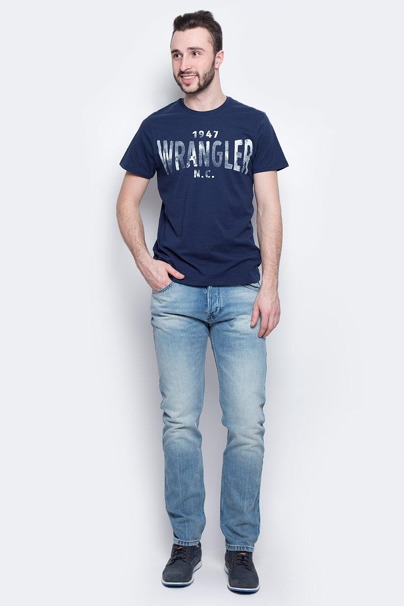Футболка мужская Wrangler S/S Wrangler, цвет: темно-синий. W7A51FK35. Размер XXL (54)W7A51FK35Стильная мужская футболка Wrangler S/S Wrangler изготовлена из натурального хлопка. Модель с круглым вырезом горловины и короткими рукавами оформлена принтом с надписями.