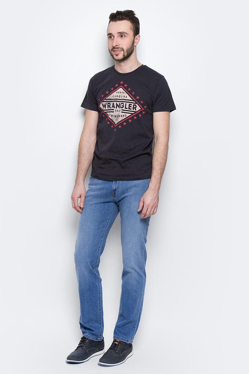 Джинсы мужские Wrangler Arizona, цвет: синий. W12ONJ91N. Размер 33-32 (48/50-32)W12ONJ91NМужские джинсы Wrangler Arizona выполнены из высококачественного эластичного хлопка. Классические джинсы прямого кроя и стандартной посадки застегиваются на пуговицу в поясе и ширинку на застежке-молнии, дополнены шлевками для ремня. Джинсы имеют классический пятикарманный крой: спереди модель дополнена двумя втачными карманами и одним маленьким накладным кармашком, а сзади - двумя накладными карманами. Джинсы украшены декоративными потертостями.