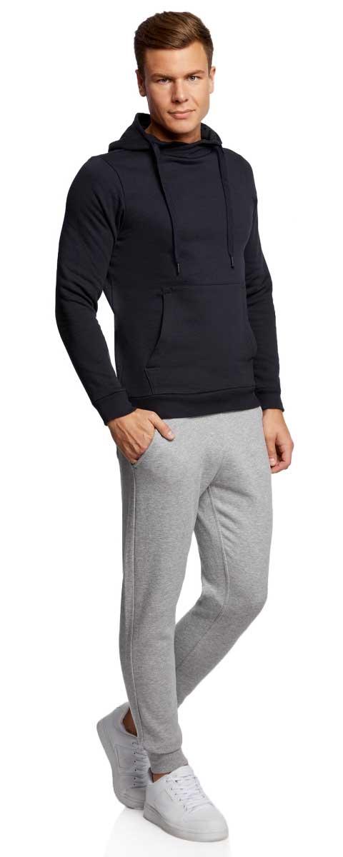 Брюки спортивные мужские oodji Basic, цвет: серый меланж. 5B200003M/44119N/2300M. Размер XL (56)5B200003M/44119N/2300MМужские спортивные брюки oodji Basic, выполненные из высококачественного материала, великолепно подойдут для отдыха, повседневной носки, а также для занятий спортом. Брюки зауженного к низу кроя и средней посадки имеют широкую эластичную резинку на поясе, объем талии регулируется при помощи шнурка-кулиски. Спереди изделие имеет два втачных кармана, а сзади накладной карман. Низ брючин дополнен широкими манжетами.