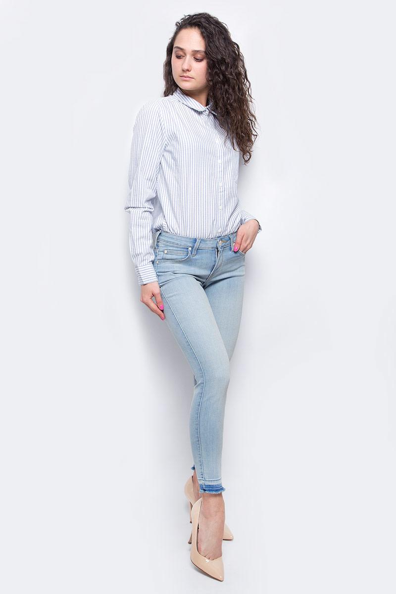 Джинсы женские Lee Scarlett, цвет: голубой. L526PFOM. Размер 27-33 (42/44-33)L526PFOMУкороченные женские джинсы Lee Scarlett выполнены из высококачественного эластичного хлопка с добавлением полиэстера. Джинсы-скинни стандартной посадки застегиваются на пуговицу в поясе и ширинку на застежке-молнии, дополнены шлевками для ремня. Джинсы имеют классический пятикарманный крой: спереди модель дополнена двумя втачными карманами и одним маленьким накладным кармашком, а сзади - двумя накладными карманами. Джинсы украшены декоративными потертостями, низ брючин имеет эффект необработанного края.
