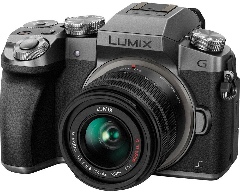 Panasonic Lumix DMC-G7 Kit 14-42mm, Silver цифровая фотокамераDMC-G7KEE-SСохраняйте драгоценные моменты в захватывающем дух качестве на видеозаписях с разрешением 4К. И запечатлейте особые моменты на фотоснимках с функцией 4К Фото. Гибридная камера Panasonic Lumix DMC-G7 с разрешением 4К навсегда сохранит их совершенство.Не важно, смотрите ли вы фильмы или обрабатываете видео, формат 4К оставляет намного более глубокие впечатления от просмотра, чем когда-либо ранее. Фактическое разрешение 3840 х 2160 пикселей в четыре раза больше, чем в формате Full HD. благодаря чему достигается значительно больший уровень детализации. Даже если вы конвертируете видео, снятое в разрешении 4К в Full HD для просмотра на телевизоре, оно будут иметь более четкую и резкую картинку, чем если бы было снято в разрешении Full HD.Используя высокое разрешение 4К, Panasonic LUMIX G7 представляет новую функцию 4K Фото, которая позволит извлекать отдельные кадры из видеоряда (снятого на скорости 25 кадров в секунду), чтобы поймать те волшебные моменты, которые длятся лишь доли секунды. Благодаря этой функции можно быть уверенным в свободе выбора любого идеального для вас момента.Ловите даже самые быстрые события благодаря технологии автофокусировки DFD (глубина из расфокусировки) компании Panasonic. Камера оснащена этой передовой технологией, постоянно рассчитывающей расстояние между объектами в кадре и переводящей фокус объектива одним быстрым непрерывным движением. Эта новая технология увеличивает скорость автофокусировки до 0.07 секунды и скорость серийной съемки до 6 кадров в секунду в режиме AFC (непрерывный автофокус). Она также повышает стабильность непрерывною автофокуса во время съемки видео.Автофокусировка при низкой освещенности (Low Light AF) позволяет точно фокусироваться на предметах съемки даже при освещенности в -4EV (лунный свет без других источников света). Более того, камера оснащена новой технологией фокусировки Starlight AF, которая позволяет снимать звезды в ночном небе бла