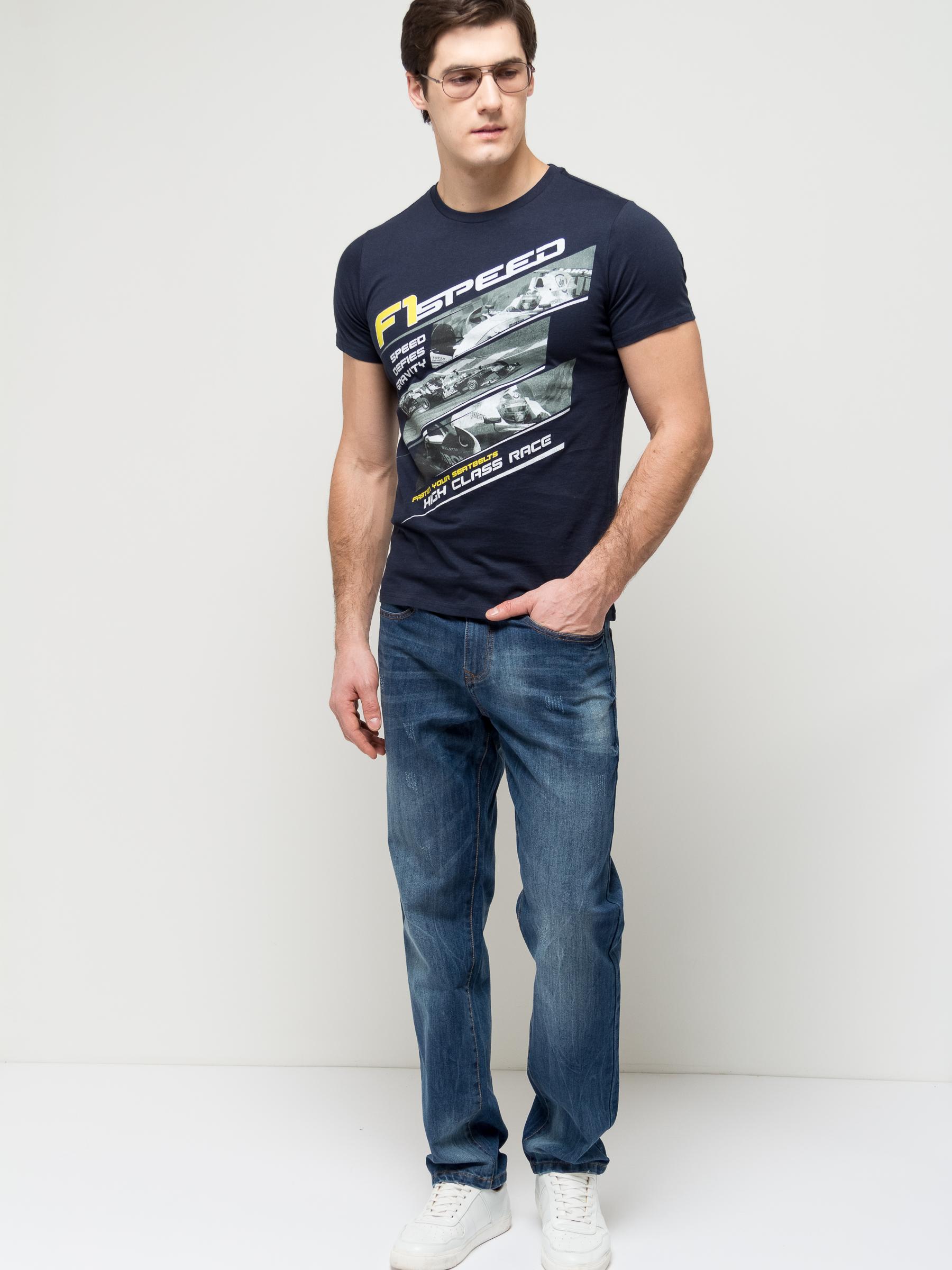 Джинсы мужские Sela, цвет: синий джинс. PJ-235/1081-7161. Размер 34-32 (50-32)PJ-235/1081-7161Стильные мужские джинсы Sela, изготовленные из качественного хлопкового материала с потертостями, станут отличным дополнением гардероба. Джинсы прямого кроя и стандартной посадки на талии застегиваются на застежку-молнию и пуговицу. На поясе имеются шлевки для ремня. Модель представляет собой классическую пятикарманку: два втачных и накладной карманы спереди и два накладных кармана сзади.