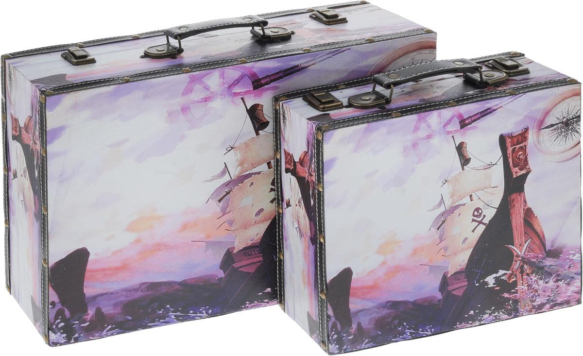 Набор шкатулок для рукоделия Bestex, 2 шт. ZW0011927701684Набор Bestex состоит из двух шкатулок, стилизованных под чемоданы. Шкатулки, изготовленные из МДФ, дополнены искусственной кожей и металлическими заклепками. Изделия оформлены оригинальными изображениями с морской тематикой. Внутри шкатулки обтянуты тканью. Закрываются шкатулки на замки-защелки. Изделия оснащены удобными ручками. Изящные шкатулки с ярким дизайном предназначены для хранения мелочей, принадлежностей для шитья и творчества и других аксессуаров. Такой набор красиво оформит интерьер комнаты и поможет хранить ваши вещи в порядке, а также станет отличным подарком. Размер маленькой шкатулки: 28 х 26 х 9,8 см.Размер большой шкатулки: 45 х 30 х 13 см.