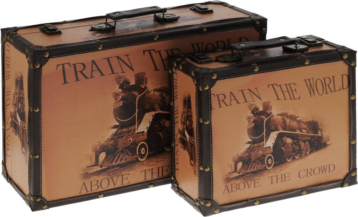 Набор шкатулок для рукоделия Bestex, 2 шт. ZW0006837701665Набор Bestex состоит из двух шкатулок, стилизованных под чемоданы. Шкатулки, изготовленные из МДФ, дополнены искусственной кожей и металлическими заклепками. Изделия оформлены винтажными изображениями. Внутри шкатулки обтянуты тканью. Закрываются шкатулки на замки-защелки. Изделия оснащены удобными ручками. Изящные шкатулки с ярким дизайном предназначены для хранения мелочей, принадлежностей для шитья и творчества и других аксессуаров. Такой набор красиво оформит интерьер комнаты и поможет хранить ваши вещи в порядке, а также станет отличным подарком. Размер маленькой шкатулки: 28 х 26 х 10 см. Размер большой шкатулки: 46 х 31 х 13 см.