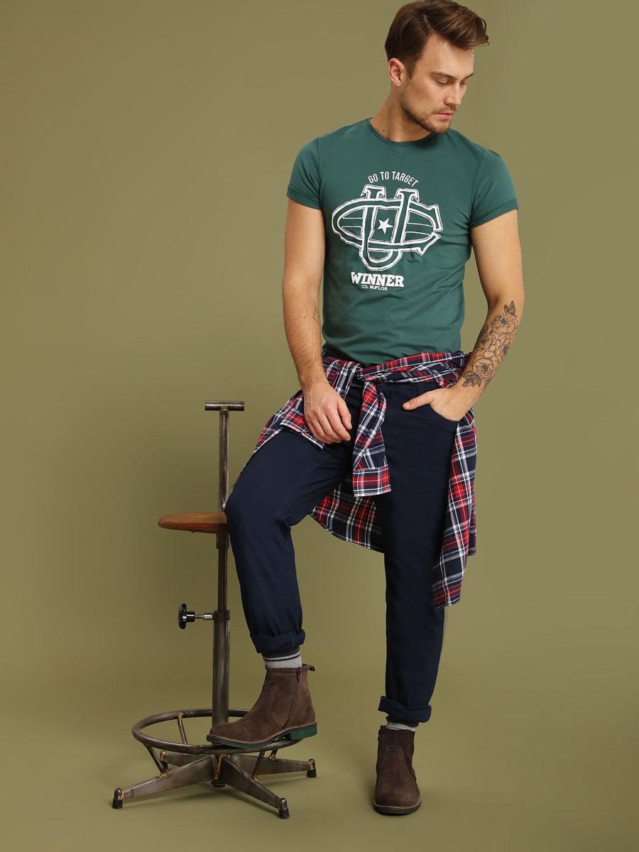 Брюки мужские Top Secret, цвет: темно-синий. SSP2485GR33J. 33J (48/50)SSP2485GRСтильные мужские брюки Top Secret - брюки высочайшего качества на каждый день, которые прекрасно сидят. Модель классического кроя и средней посадки изготовлена из высококачественного хлопка и эластана. Застегиваются брюки на пуговицу в поясе и ширинку на молнии, имеются шлевки для ремня. Спереди модель дополнена двумя втачными карманами, а сзади - двумя накладными карманами. Эти модные и в тоже время комфортные брюки послужат отличным дополнением к вашему гардеробу. В них вы всегда будете чувствовать себя уютно и комфортно.