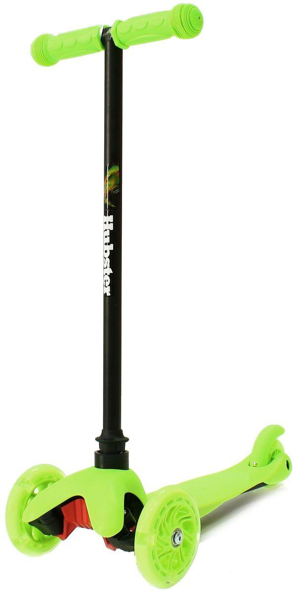 Самокат трехколесный Hubster Mini Flash, цвет: зеленый2248Мини-самокат Hubster Mini flash предназначен для самых маленьких детей от 2 лет. Спереди модели расположены 2 светящихся колеса, сзади - 1 спаренное для обеспечения устойчивости. Рама сделана из сплава алюминия, поэтому вес самоката не более 2,5 кг. Светящиеся колеса!Высота руля от пола мин/макс: 64 см. Ширина руля: 25 см. Ширина деки: 11 см. Длина деки: 36 см. Размер колес: 120 мм. Максимальная нагрузка: 25 кг. Подшипники: ABEC7. Вес: 1,6 кг.