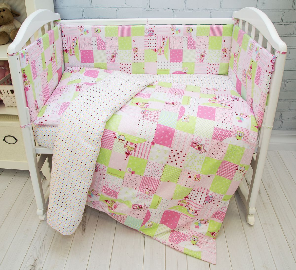 """Комплект в кроватку Споки Ноки """"Совы"""" для самых маленьких должен быть изготовлен только из самой качественной ткани, самой безопасной и гигиеничной, самой экологичнойи гипоаллергенной. Отлично подходит для кроваток малышей, которые часто двигаются во сне. Хлопковое волокно прекрасно переносит стирку, быстро сохнет и не требует особого ухода, не линяет и не вытягивается. Ткань прошла специальную обработку по умягчению, что сделало её невероятно мягкой и приятной к телу. Состав комплекта: простынь 112х147, пододеяльник 112х147, наволочка 40х60, борт (120х35 - 2 шт, 60х35 - 2 шт) , одеяло с наполнителем файбер 110х140, подушка 40х60"""