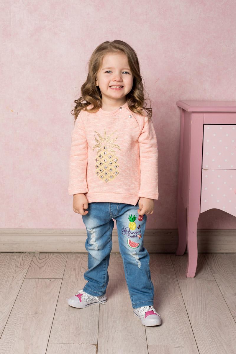 Джинсы для девочки Sweet Berry Baby, цвет: голубой. 712086. Размер 86712086Стильные джинсы для девочки Sweet Berry выполнены из эластичного хлопка с эффектом потертости и разрывов и оформлены яркой вышивкой. Джинсы зауженного кроя и стандартной посадки на талии застегиваются на пуговицу и имеют ширинку на застежке-молнии. Модель представляет собой классическую пятикарманку: два втачных и один маленький накладной кармашек спереди и два накладных кармана сзади. На поясе имеются шлевки для ремня. С внутренней стороны пояс дополнен вшитыми эластичными лентами, регулирующими посадку по талии.