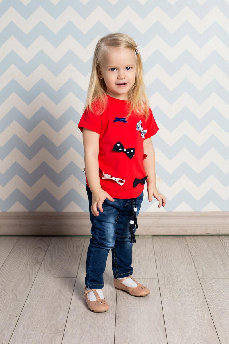 Джинсы для девочки Sweet Berry Baby, цвет: темно-синий. 712139. Размер 86712139Стильные джинсы для девочки Sweet Berry выполнены из эластичного хлопка с эффектом потертости. Джинсы зауженного кроя и стандартной посадки на талии имеют широкий пояс на резинке. Модель представляет собой классическую пятикарманку: два втачных и один маленький прорезной кармашек спереди и два накладных кармана сзади. На поясе имеются шлевки для ремня. В комплект с джинсами входит плетеный ремень.