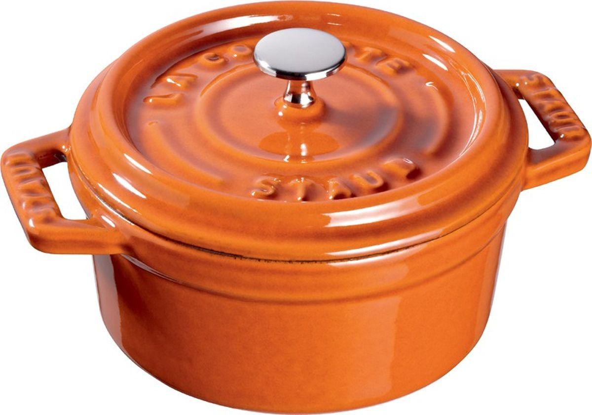 Кокот Staub, круглый, цвет: коричневый, 3,8 л11024806Изготовлен из чугуна, покрытого эмалью снаружи и внутри. Подходит для использования на всех типах плит и в духовке. Перед первым использованием снять этикетки, тщательно вымыть горячей водой с мыльным средством и высушить, затем нанести немного растительного масла на внутреннюю поверхность посуды, излишки масла удалить салфеткой. Мыть жидким моющим средством, без применения абразивных веществ и металлических губок. Пригоден для мытья в посудомоечной машине. При падении на твердую поверхность посуда может треснуть или разбиться. Металлические кухонные принадлежности могут повредить посуду. Избегать резкого нагревания и охлаждения, резкий перепад температуры может привести к повреждению посуды. Чтобы не обжечься, пользуйтесь прихватками.Адрес изготовителя:Zwilling Staub France S.A.S, 47 bis, rue des Vinaigriers, 75010 Paris, FRANCE (Цвиллинг Стауб Франс С.А.С 47 бис, ру де Винаигриерс, 75010 Париж, Франция)