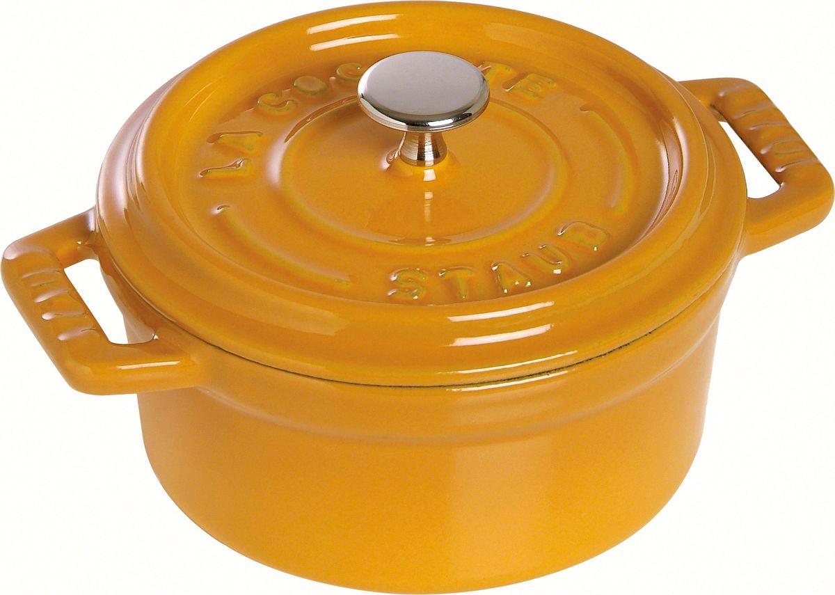 Кокот Staub, круглый, цвет: горчичный, 6,7 л1102812Изготовлен из чугуна, покрытого эмалью снаружи и внутри. Подходит для использования на всех типах плит и в духовке. Перед первым использованием снять этикетки, тщательно вымыть горячей водой с мыльным средством и высушить, затем нанести немного растительного масла на внутреннюю поверхность посуды, излишки масла удалить салфеткой. Мыть жидким моющим средством, без применения абразивных веществ и металлических губок. Пригоден для мытья в посудомоечной машине. При падении на твердую поверхность посуда может треснуть или разбиться. Металлические кухонные принадлежности могут повредить посуду. Избегать резкого нагревания и охлаждения, резкий перепад температуры может привести к повреждению посуды. Чтобы не обжечься, пользуйтесь прихватками.Адрес изготовителя:Zwilling Staub France S.A.S, 47 bis, rue des Vinaigriers, 75010 Paris, FRANCE (Цвиллинг Стауб Франс С.А.С 47 бис, ру де Винаигриерс, 75010 Париж, Франция) Уважаемые клиенты! Для сохранения свойств посуды из чугуна и предотвращения появления ржавчины чугунную посуду мойте только вручную, горячей или теплой водой, мягкой губкой или щёткой (не металлической) и обязательно вытирайте насухо. Для хранения смазывайте внутреннюю поверхность посуды растительным маслом, а перед следующим применением хорошо накалите посуду.