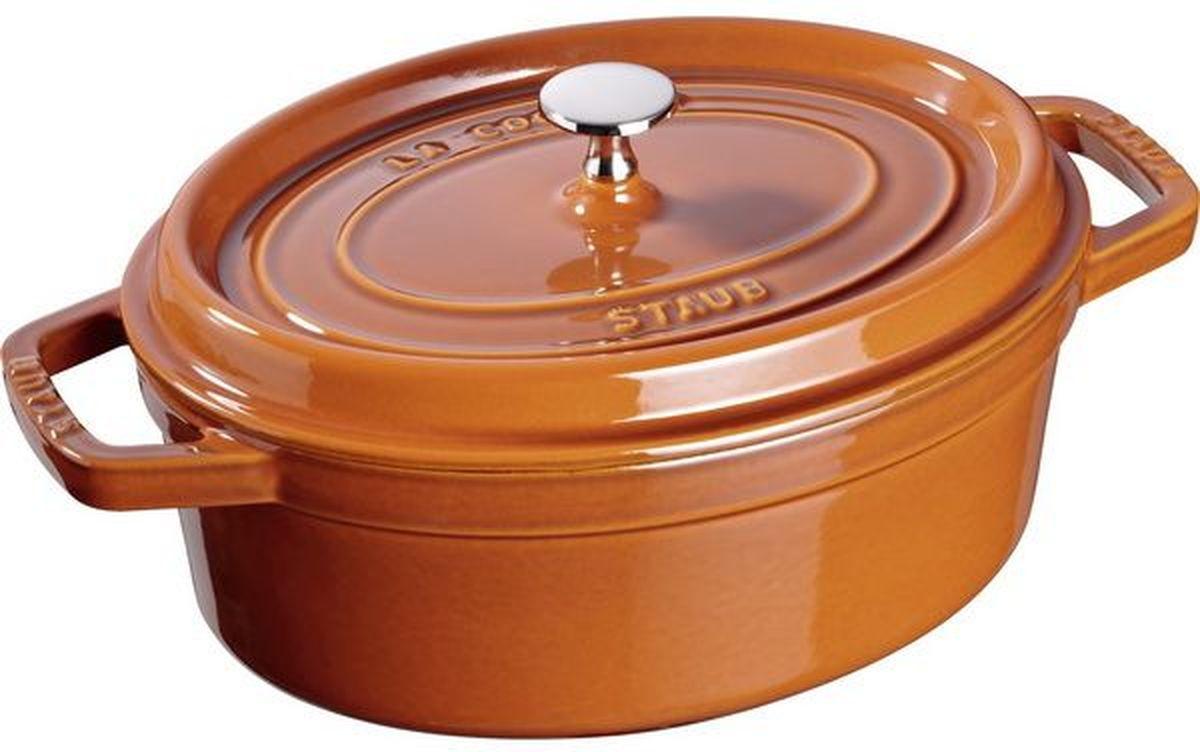 Кокот Staub, овальный, цвет: коричневый, 5,5 л11031806Изготовлена из чугуна, покрытого эмалью снаружи и внутри. Подходит для использования на всех типах плит и в духовке. Перед первым использованием снять этикетки, тщательно вымыть горячей водой с мыльным средством и высушить, затем нанести немного растительного масла на внутреннюю поверхность посуды, излишки масла удалить салфеткой. Мыть жидким моющим средством, без применения абразивных веществ и металлических губок. Пригодна для мытья в посудомоечной машине. При падении на твердую поверхность посуда может треснуть или разбиться. Металлические кухонные принадлежности могут повредить посуду. Избегать резкого нагревания и охлаждения, резкий перепад температуры может привести к повреждению посуды. Чтобы не обжечься, пользуйтесь прихватками.Адрес изготовителя:Zwilling Staub France S.A.S, 47 bis, rue des Vinaigriers, 75010 Paris, FRANCE (Цвиллинг Стауб Франс С.А.С 47 бис, ру де Винаигриерс, 75010 Париж, Франция)
