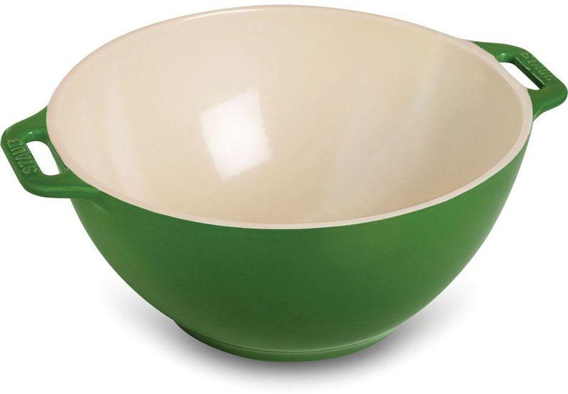 Миска Staub, цвет: зеленый, диаметр 25 см40510-799Миска Staub изготовлена из керамики покрытой эмалью. Красивая керамическая миска сможет стать привлекательной частью сервировки вашего стола. Кроме того, в ней вы сможете смешать различные ингредиенты во время приготовления блюд. При приготовлении мяса, рыбы, овощей и т. п. в посуде бренда Staub не только сохраняются все полезные вещества, но и придаются особые вкусовые качества приготовляемой пищи.Подходит для приготовления блюд в духовке или микроволновой печи.Можно мыть в посудомоечной машине. Диаметр миски: 25 см.