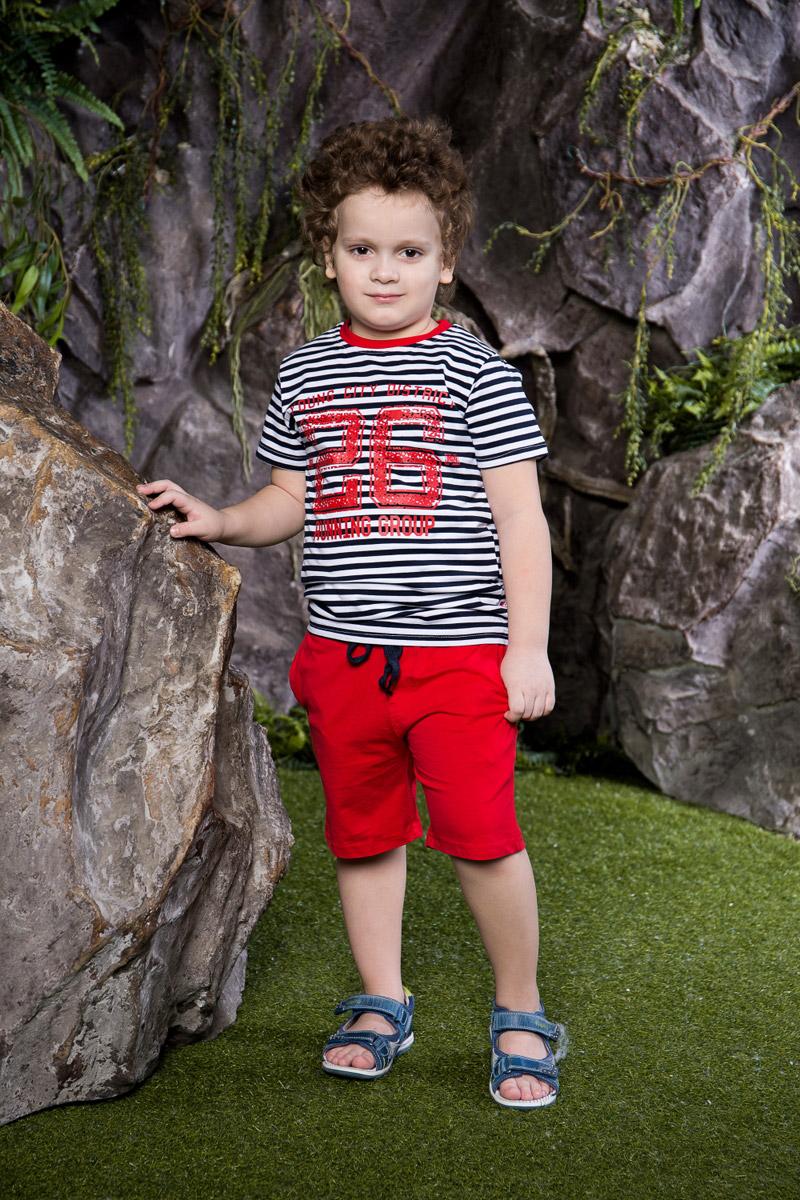 Комплект для мальчика Sweet Berry: футболка, шорты, цвет: темно-синий, белый, красный. 713018. Размер 122713018Стильный комплект для мальчика Sweet Berry, изготовленный из качественного эластичного хлопка, состоит из футболки и шорт. Футболка оформлена модной полоской в морском стиле и принтом и дополнена контрастной трикотажной резинкой на воротнике. Удобные шорты прямого кроя имеют пояс на мягкой резинке, дополнительно регулируемый шнурком, и дополнены двумя втачными карманами.
